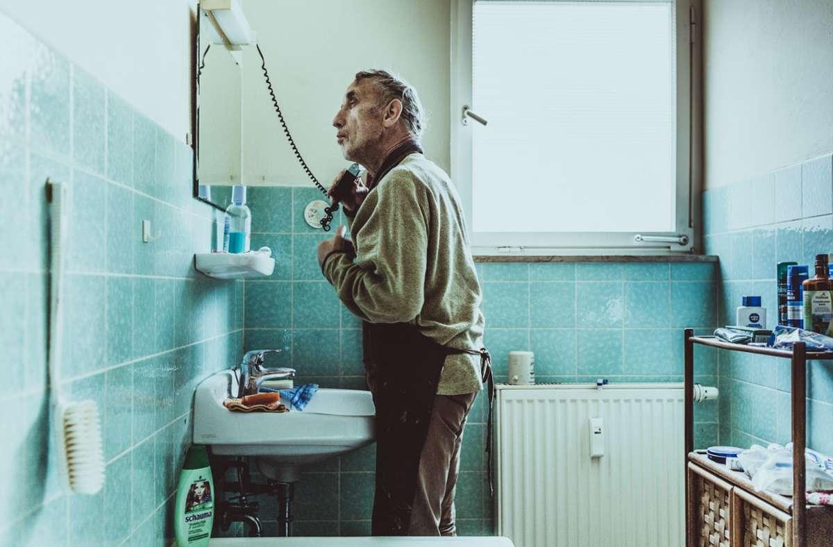 Hans Daiber bei seiner Morgenroutine. Die Reportage aus Oberwälden wird mit dem Journalistenpreis der Diakonie ausgezeichnet. Foto: Andreas Reiner