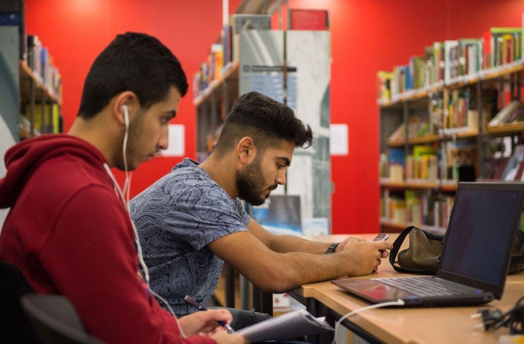 Immer mehr Flüchtlinge nutzen Bibliotheken. Foto: dpa