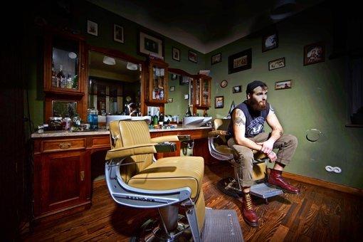 Jo Blatter mag es stilecht. Das Mobiliar  in seinem Salon  ist teilweise fast hundert Jahre alt . Foto: Gottfried Stoppel
