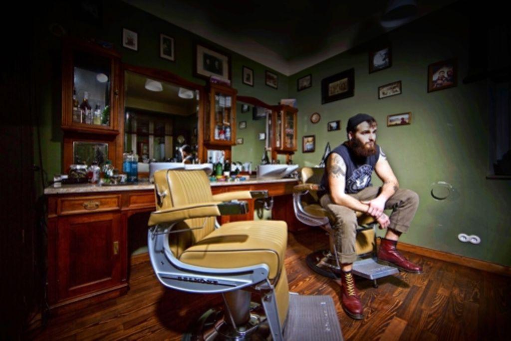 Jo Blatter mag es stilecht. Das Mobiliar  in seinem Salon  ist teilweise fast hundert Jahre alt. Foto: Gottfried Stoppel