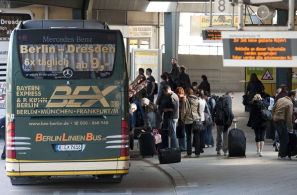 Die Gefahr ist groß, dass durch den verstärkten Einsatz von Fernbussen das Bahnnetz weiter ausgedünnt und noch mehr Verkehr von der Schiene auf die Straße verlagert wird. Foto: dpa