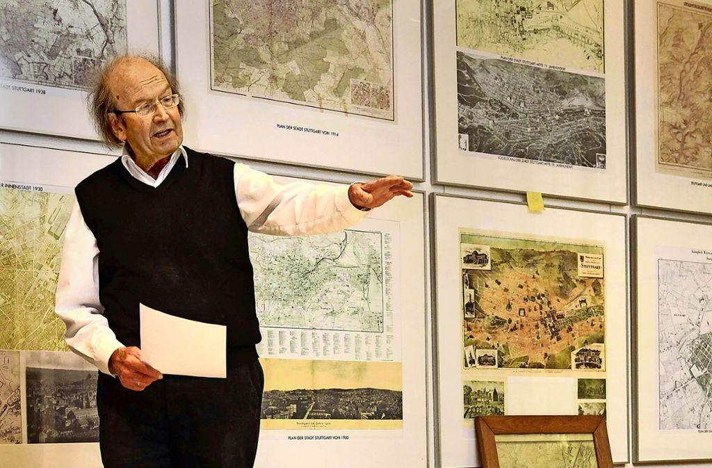 Roland Ostertag (1931–2018) in seiner bauhistorischen Stuttgart-Ausstellung Foto: Jan Reich