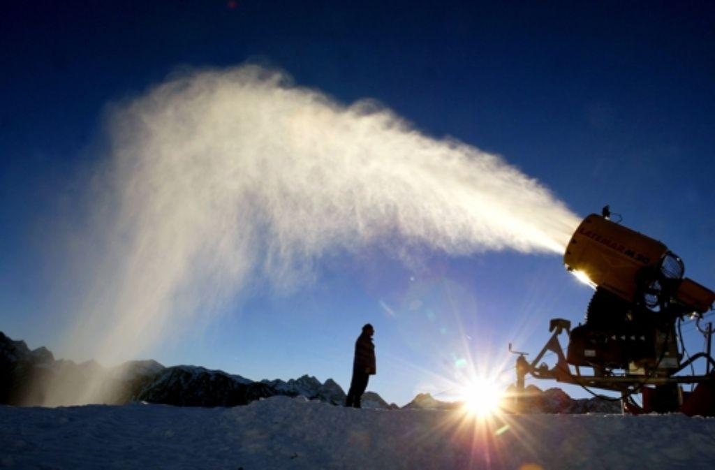 Schneekanonen sind in diesen Wochen nötig für den Wintersport. Foto: dpa