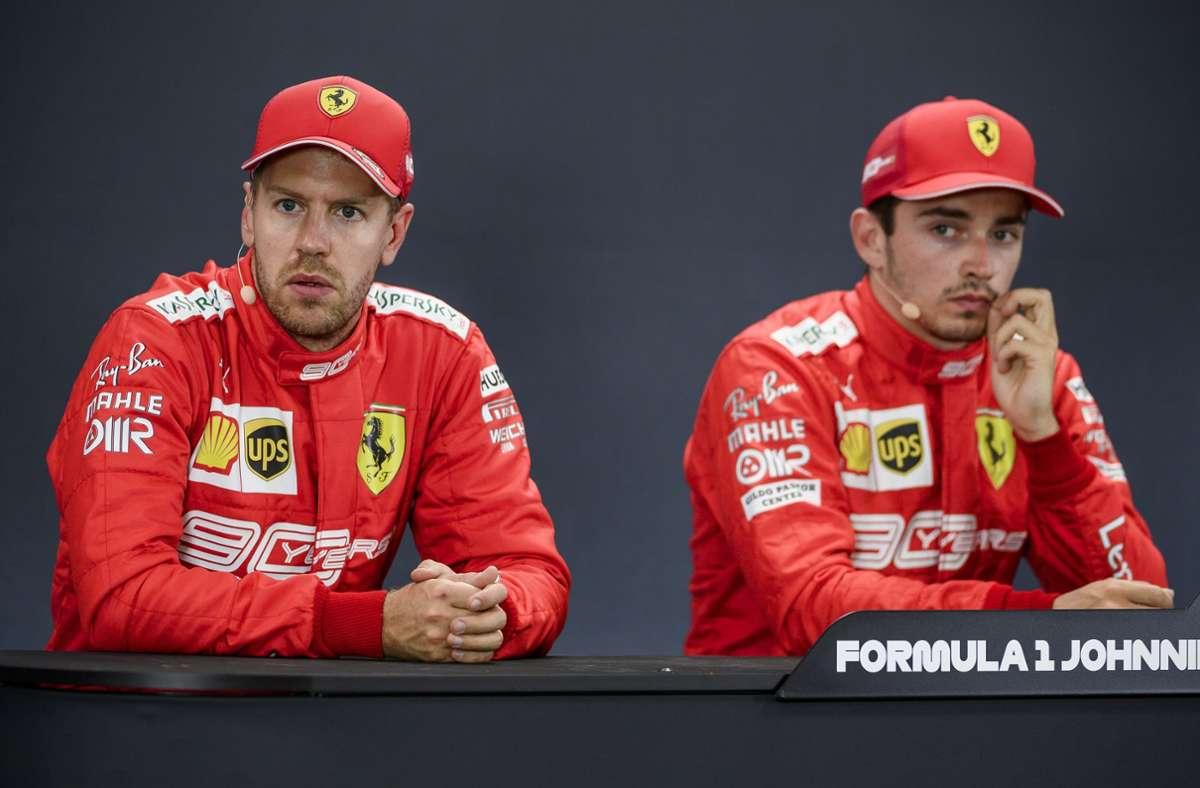 Jetzt fahren sie sich auch noch gegenseitig ins Auto: Sebastian Vettel (links) und Charles Leclerc. Foto: dpa/Nicolas Lambert