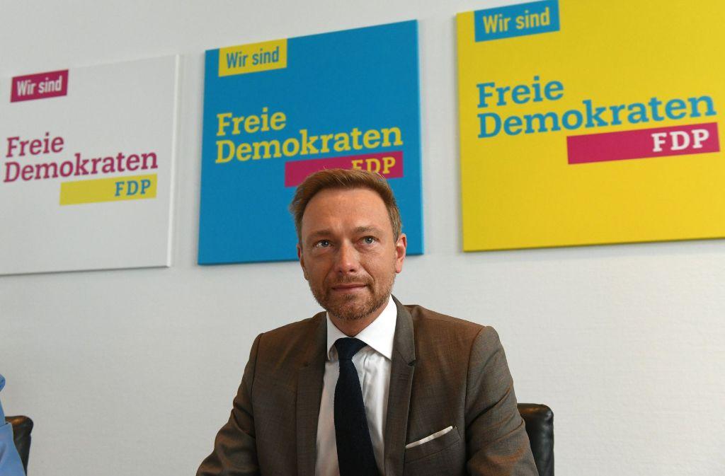 Christian Lindner, Bundesvorsitzender und Spitzenkandidat bei der Bundestagswahl 2017 sitzt vor FDP-Plakaten. Foto: dpa