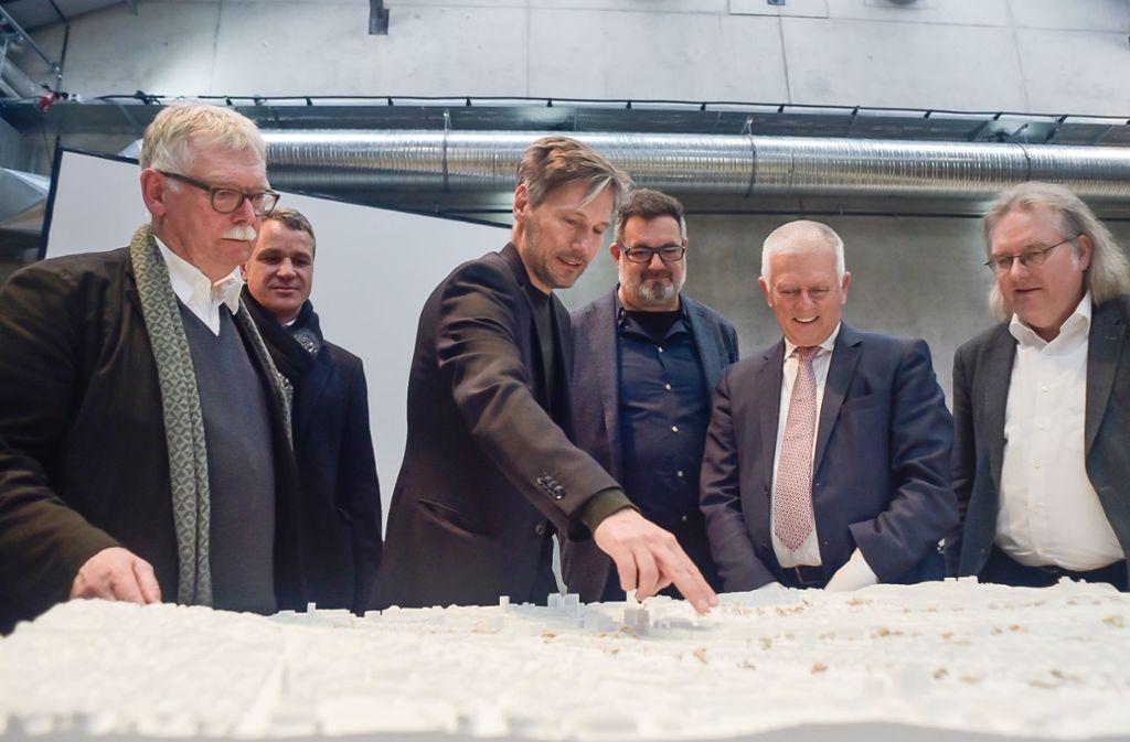 Die Planer, die beim Wettbewerb den ersten Preis holten, erklären Baubürgermeister Pätzold und OB Kuhn (von rechts) ihre Vorstellungen. Der Preisgerichtsvorsitzende Franz Pesch (links) hört mit. Foto:
