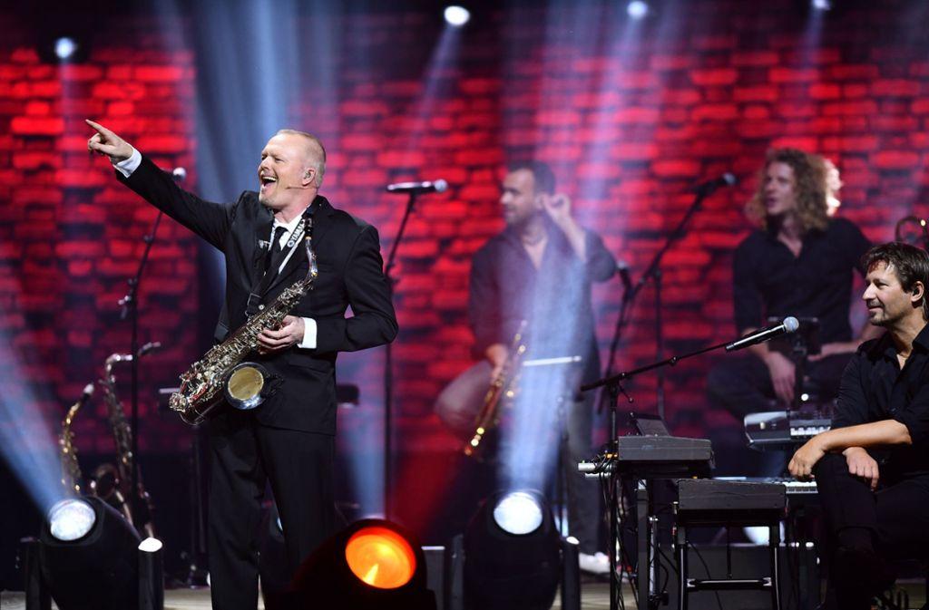 """Mit seinem Grand-Prix-Lied """"Wadde hadde dudde da?"""" eröffnet Stefan Raab seine Show. Foto: Allendorf Media"""