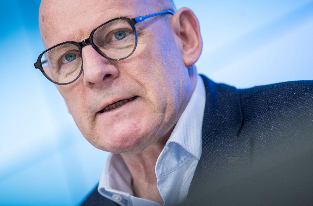 Landesverkehrsminister Winfried Hermann und die Autoindustrie sind sich nicht grün. Foto: dpa