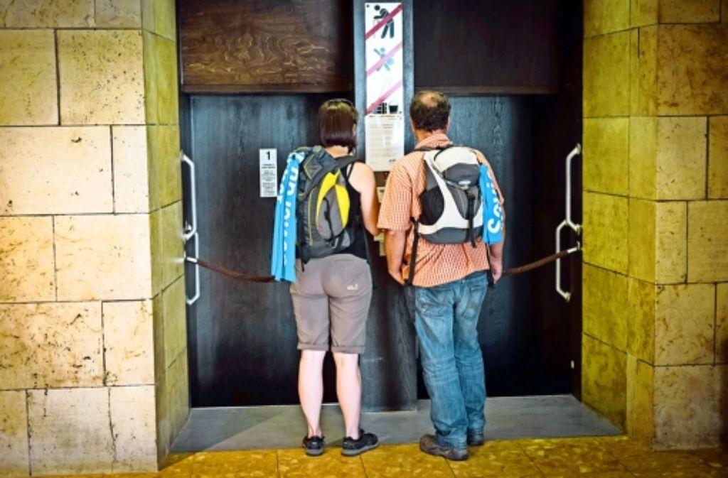 Besucher des Kirchentags vor dem Paternoster im Rathaus Foto: Lg/Achim Zweygarth