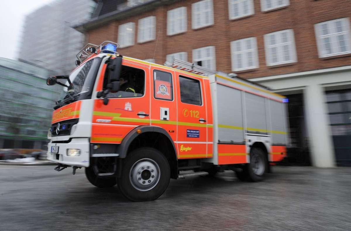 Mit 30 Einsatzkräften und fünf Fahrzeugen rückte die Feuerwehr aus. (Symbolbild) Foto: dpa/Angelika Warmuth