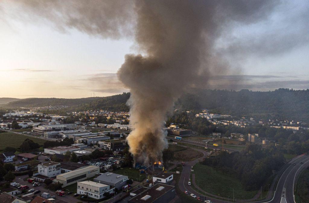 So sah es heute Morgen aus der Luft aus, mittlerweile ist das Feuer weitgehend gelöscht. Foto: 7aktuell.de/Simon Adomat