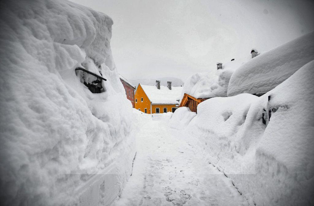 Der Schnee türmt sich zu beiden Seiten einer Gasse im österreichischen Mariazell.  Ist auch der Klimawandel an den Schneemassen in den Alpen schuld? Foto: dpa