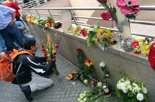 Menschen legen Blumen nieder