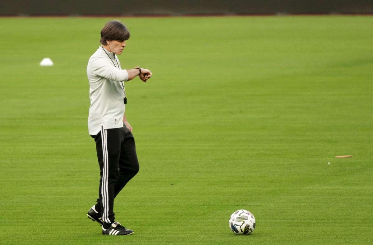 Läuft die Zeit ab für Joachim Löw oder bleibt er am Ball bei der Nationalelf? Die Zukunft des Bundestrainers ist offen. Foto: dpa/Daniel Gonzales Acuna