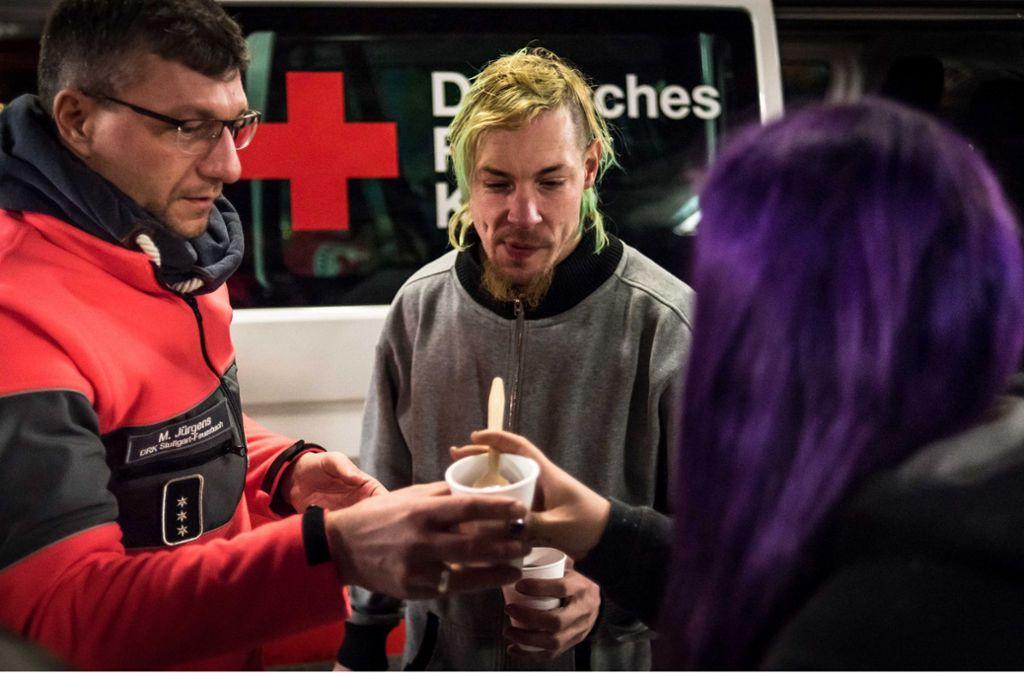 Heißen Tee zum Aufwärmen nehmen viele Obdachlose dankbar entgegen. Foto: Lichtgut/Max Kovalenko