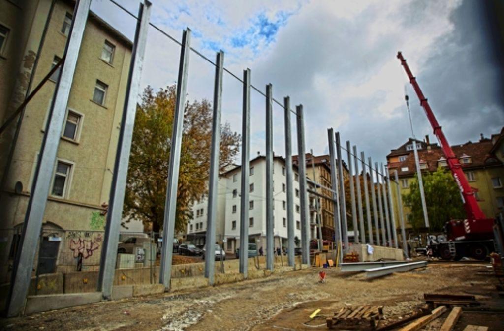 Die Pfosten ermöglichen einen Eindruck von den Ausmaßen der Lärmschutzwand an der Sängerstraße. Foto: Lichtgut/Leif Piechowski