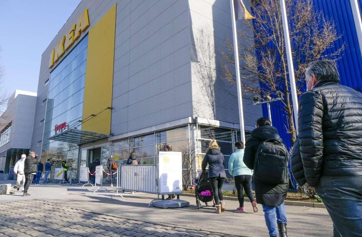 Der Start am Montag war verhalten, aber schon gegen Mittag füllt sich das Ikea-Haus in Sindelfingen. Foto: /Simon Granville