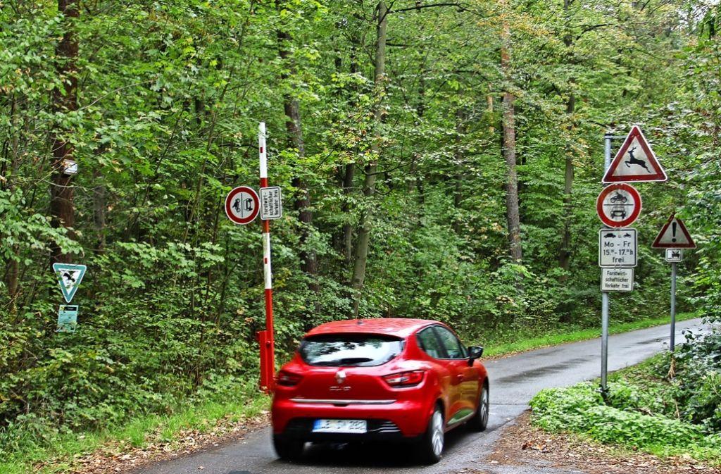 Morgens und abends dürfen Autos durch das Naturschutzgebiet Greutterwald zwischen Stuttgart Weilimdorf und Zuffenhausen fahren. Foto: Martin Braun