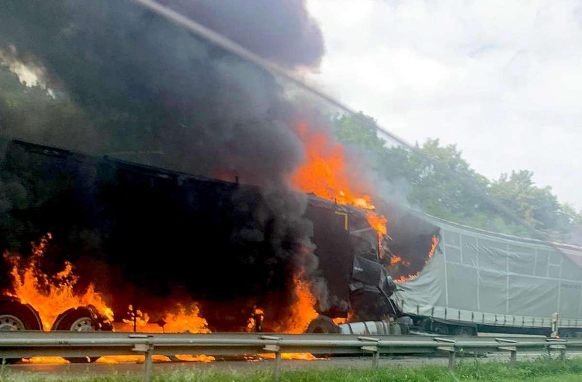 Der mit Kohle beladene Lastwagen brennt lichterloh. Foto: dpa/Julian Buchner
