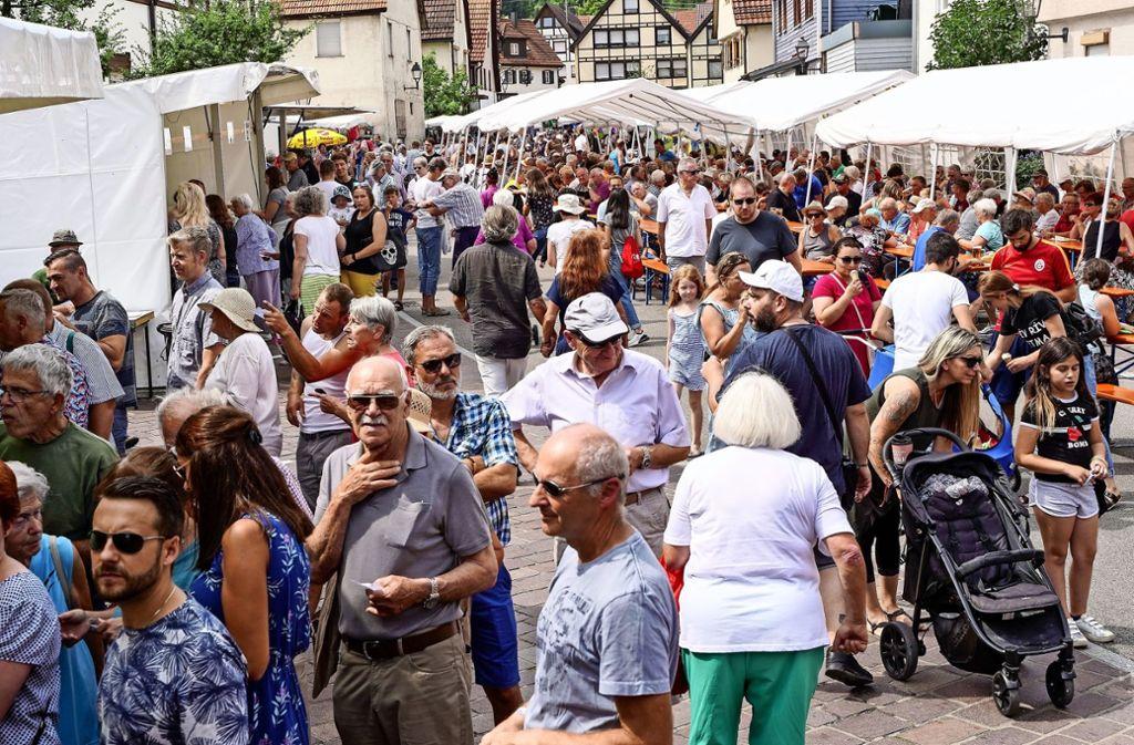 Die Straßen in Merklingen sind beim Straßenfest rappelvoll. Foto: factum/