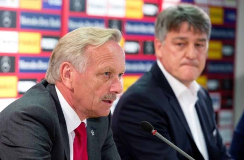 Joachim Schmidt (links) und Bernd Wahler bei der Pressekonferenz des VfB Stuttgart am Donnerstag. Foto: dpa