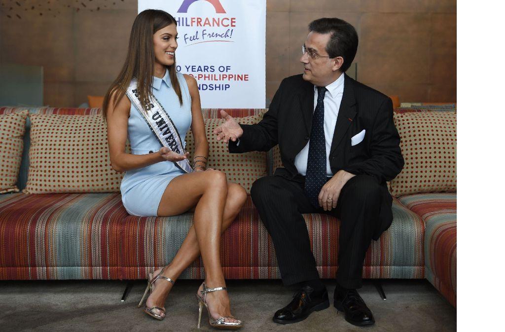 Iris Mittenaere, die neue Miss Universe, hat locker mit dem französischen Botschafter auf den Philippinen, Thierry Mathou, geplaudert. Foto: AFP