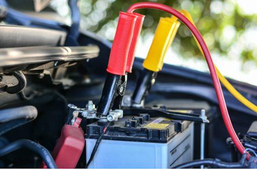 So lange halten Autobatterien. Alle Infos zur Haltbarkeit ohne laden, bei Kurzstrecken, im Autokino und wie Sie die Lebensdauer verlängern.