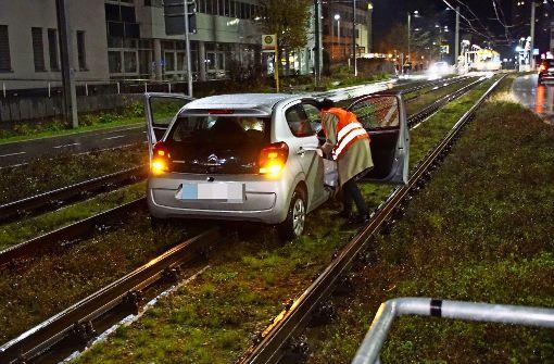 Kleinwagen landet im Gleisbett