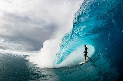 Der junge Surfer und das Meer