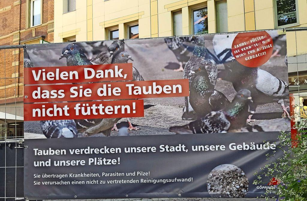 Die Stadt appelliert mit Plakaten an die Bürger, Tauben nicht zu füttern. Foto: StZ