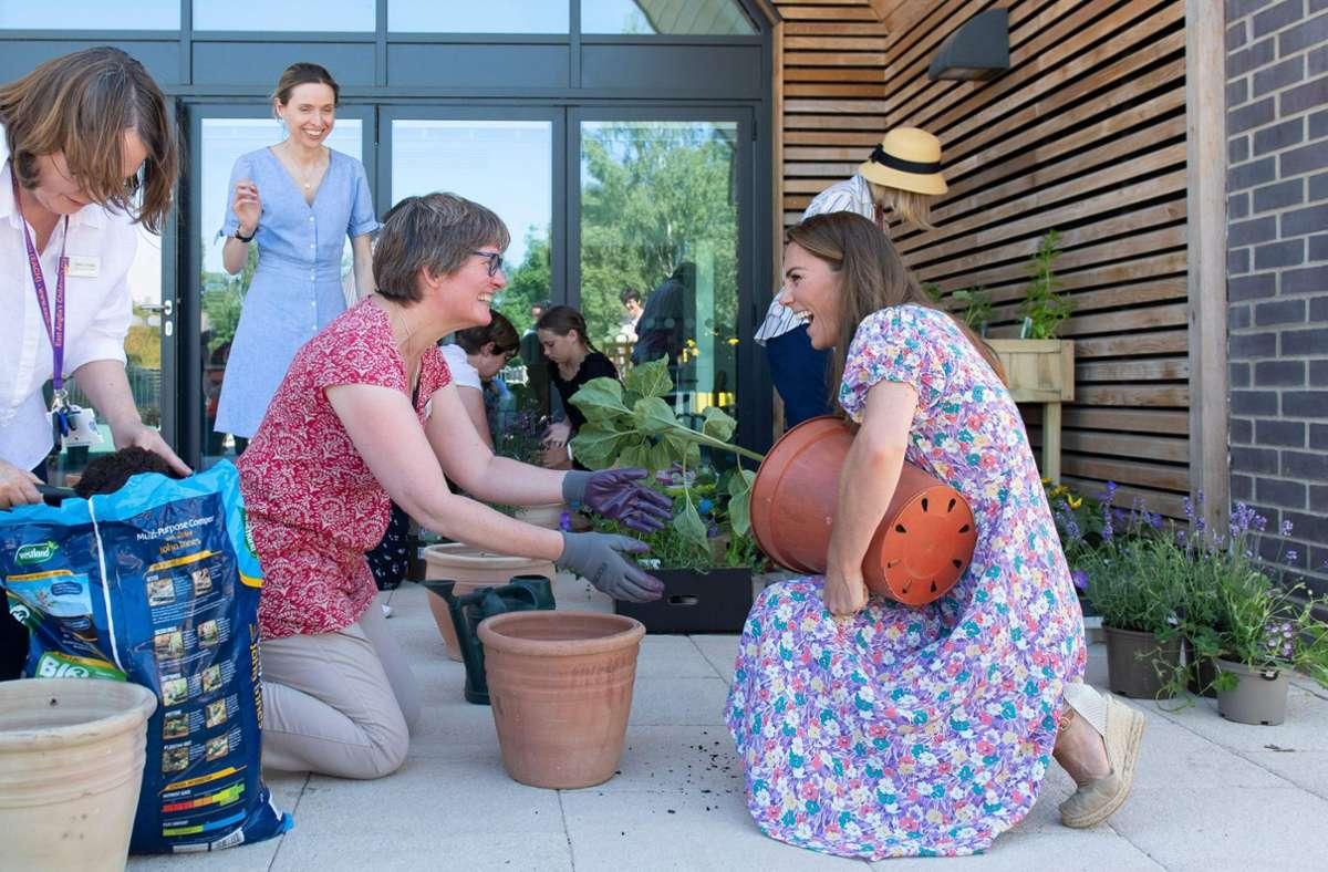 Zusammen mit Ehrenamtlichen bepflanzt  Herzogin Kate den Garten eines Hospizes. Foto: AFP/Joe Giddens