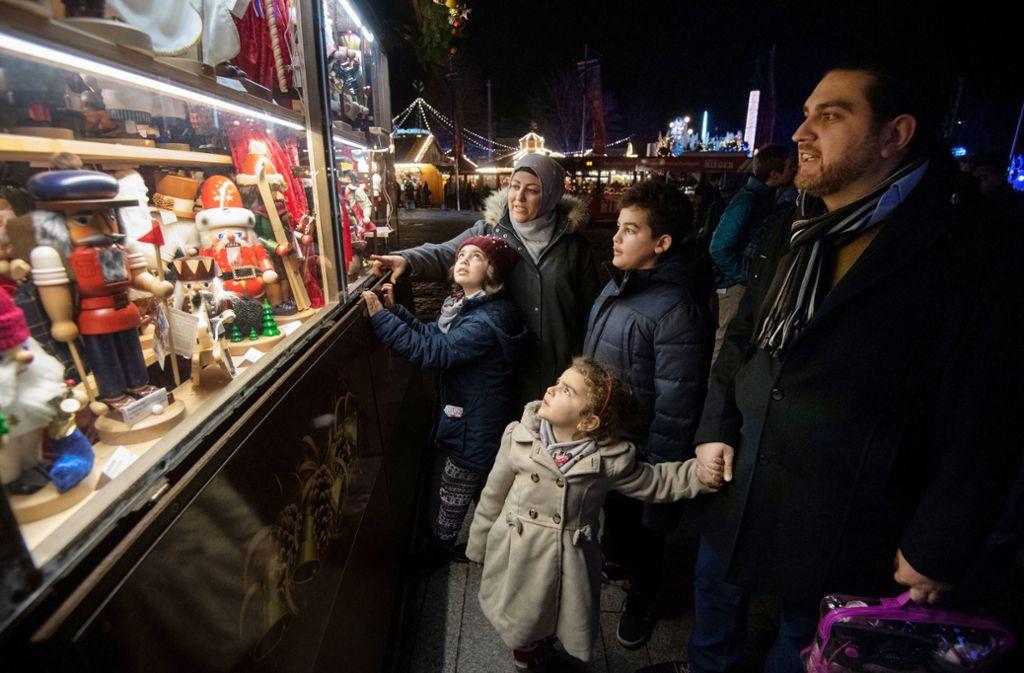 Familie Kara auf dem Stuttgarter Weihnachtsmarkt Foto: dpa
