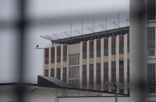 In Südwest-Gefängnissen sollen  Pensionäre aushelfen