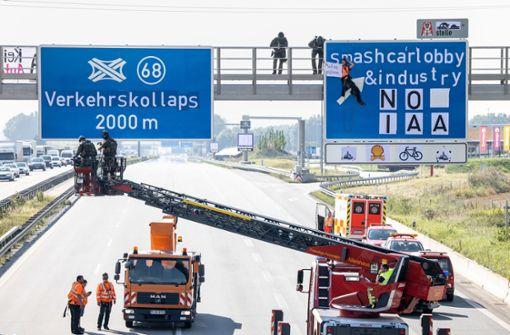 Gegner protestieren zum Messestart und blockieren Autobahnen