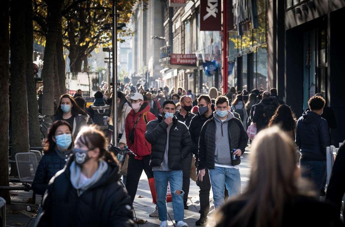 Als noch keine Ausgangsbeschränkungen galten, waren viele Menschen auf der Stuttgarter Königstraße unterwegs. Foto: Lichtgut/Achim Zweygarth