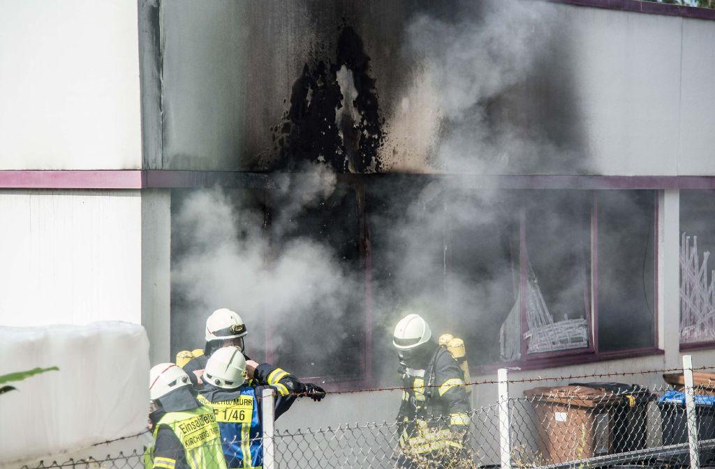 Die Feuerwehr ist mit einem Großaufgebot nach Burgstall ausgerückt. Dort brannte es in einer Chemiefabrik. Foto: SDMG