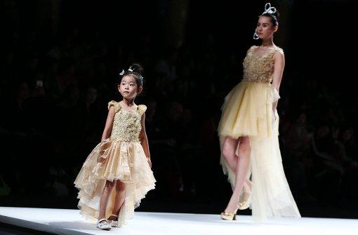 Kinder-Models glänzen in eleganten Roben