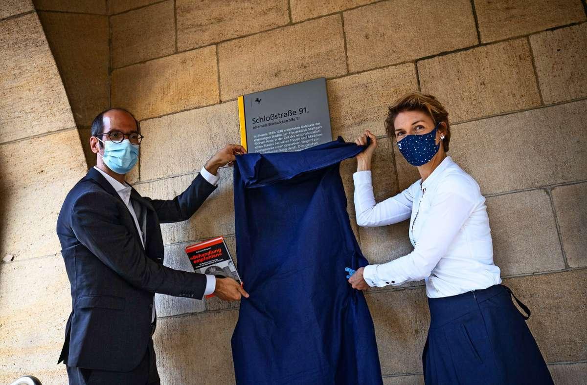Tafel enthüllt: Stefan Ehehalt, Leiter des Stuttgarter Gesundheitsamts, und Bürgermeisterin Alexandra Sußmann Foto: Lichtgut/Leif Piechowski