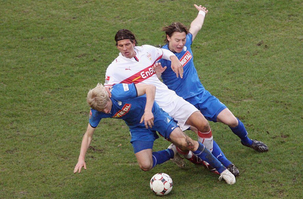 Zwei, die vom VfB nach Hoffenheim wechselten: Andreas Beck (vorne) und Matthias Jaissle, die hier im Februar 2009 Mario Gomez in die Zange nehmen. Foto: dpa