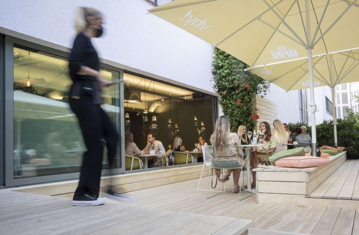 Der  Außenbereich des veganen Lokals vhy! bietet viel Platz. Foto: Lichtgut/Julian Rettig