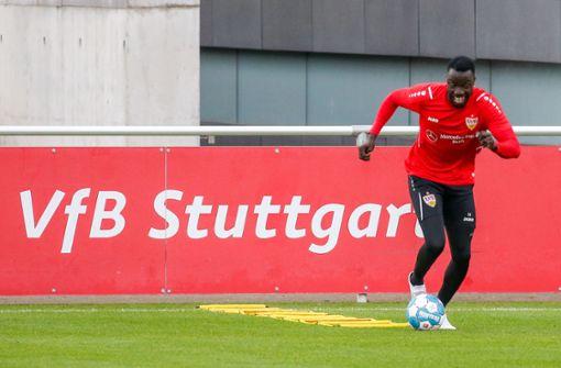 VfB-Wochenstart mit einem lächelnden Silas Katompa