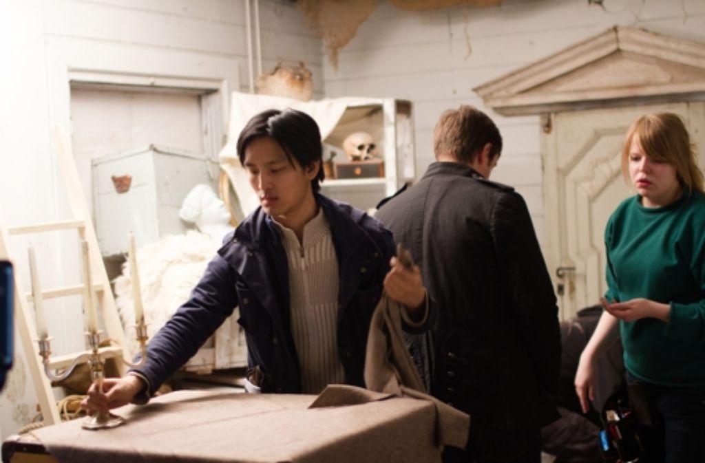 Auch wenn er hier gerade mit einem silbernen Kerzenständer hantiert: der Stuttgarter Filmemacher Huan Vu  braucht mehr Geld und setzt auf Crowdfunding. Foto: Elisabeth Mochner