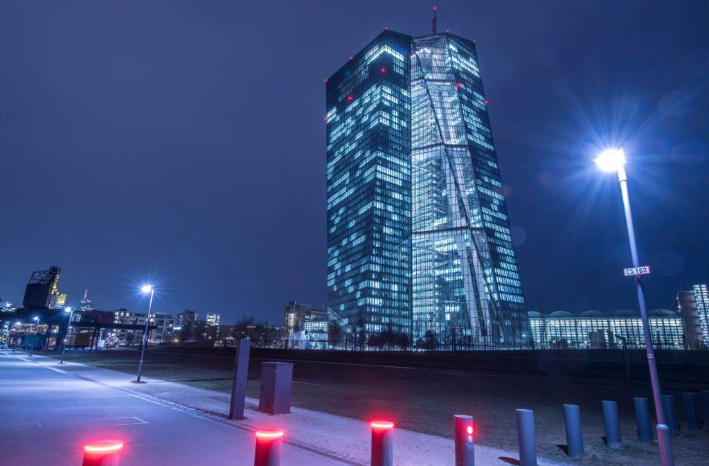 Nächtlicher Blick auf das Gebäude der EZB in Frankfurt. Foto: dpa