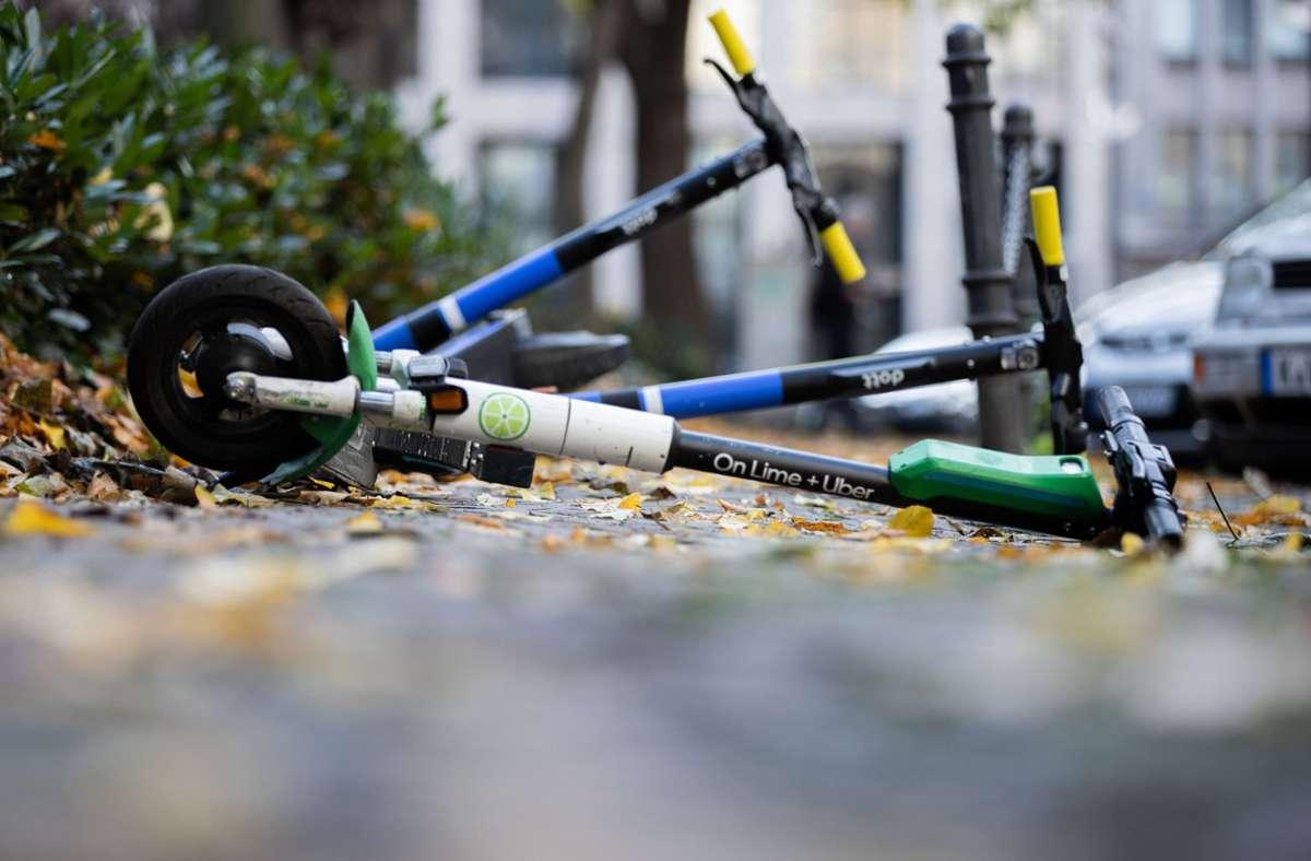 Eine unglückliche Bremsung mit einem E-Scooter führte wohl zu dem Unfall (Symbolbild). Foto: dpa/Rolf Vennenbernd