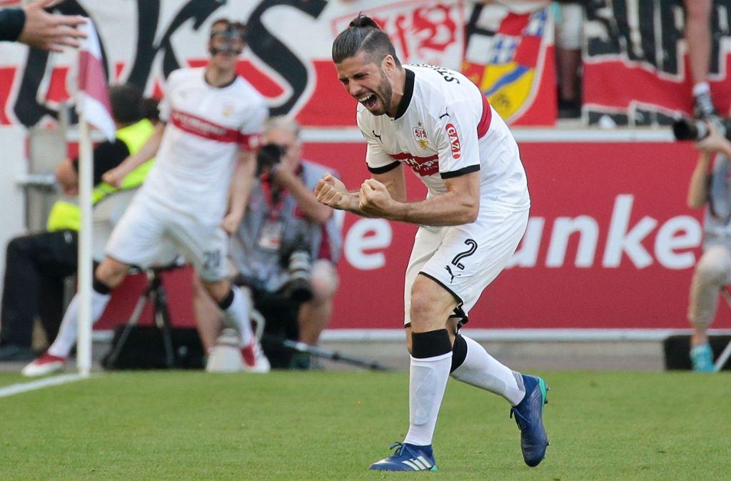 Geschafft: Emiliano Insua bejubelt das 1:0 durch Christian Gentner (hinten links) gegen Werder Bremen – am Ende heißt es 2:0, und der VfB Stuttgart hat den Klassenverbleib sicher. Foto: Baumann