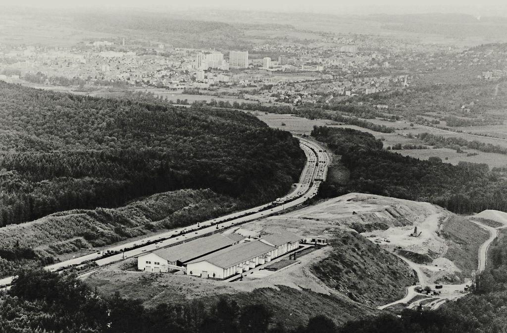 In Leonberg gab es bereits eine Erddeponie. Dort steht heute die Vergärungsanlage (vorn). Die Fläche daneben kommt aber für einen neuen Deponie-Standort in Frage. Foto: Archiv