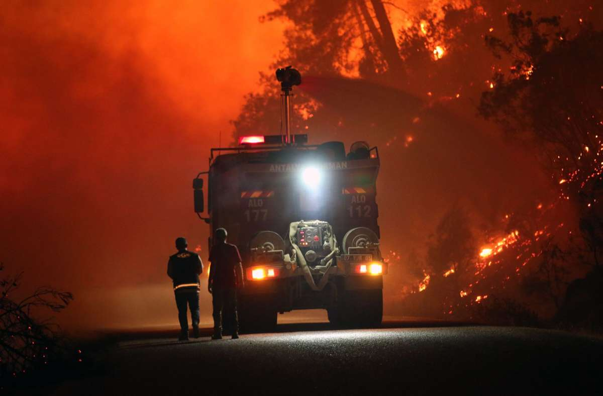 Feuerwehrleute kämpfen in der Provinz Antalya gegen die Flammen. Foto: dpa/Xin Hua