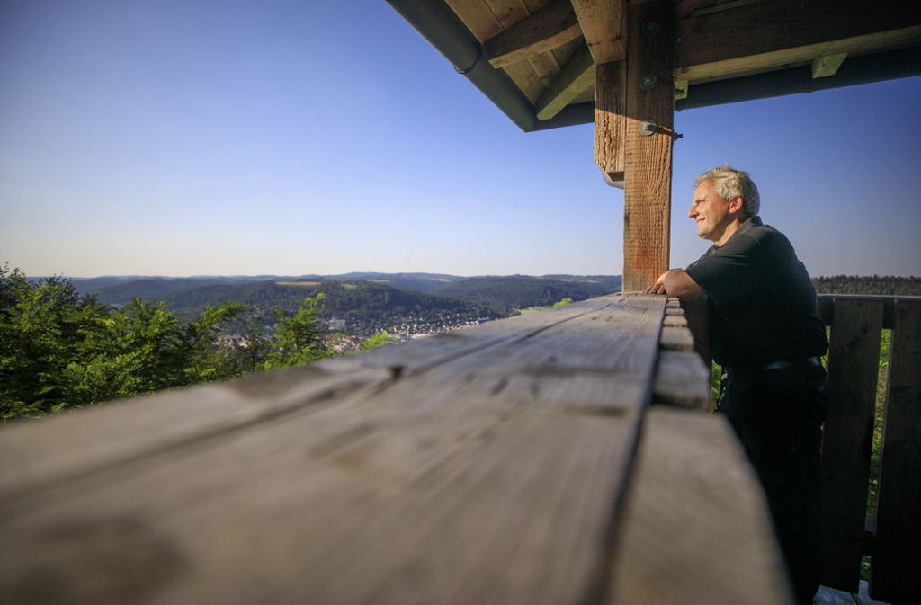 Walter Hieber ist oft auf dem Riesbergturm – der Sozialpädagoge hat sich das Hobby zum Beruf gemacht, er führt Ausflügler in den Schwäbischen Wald. Foto: