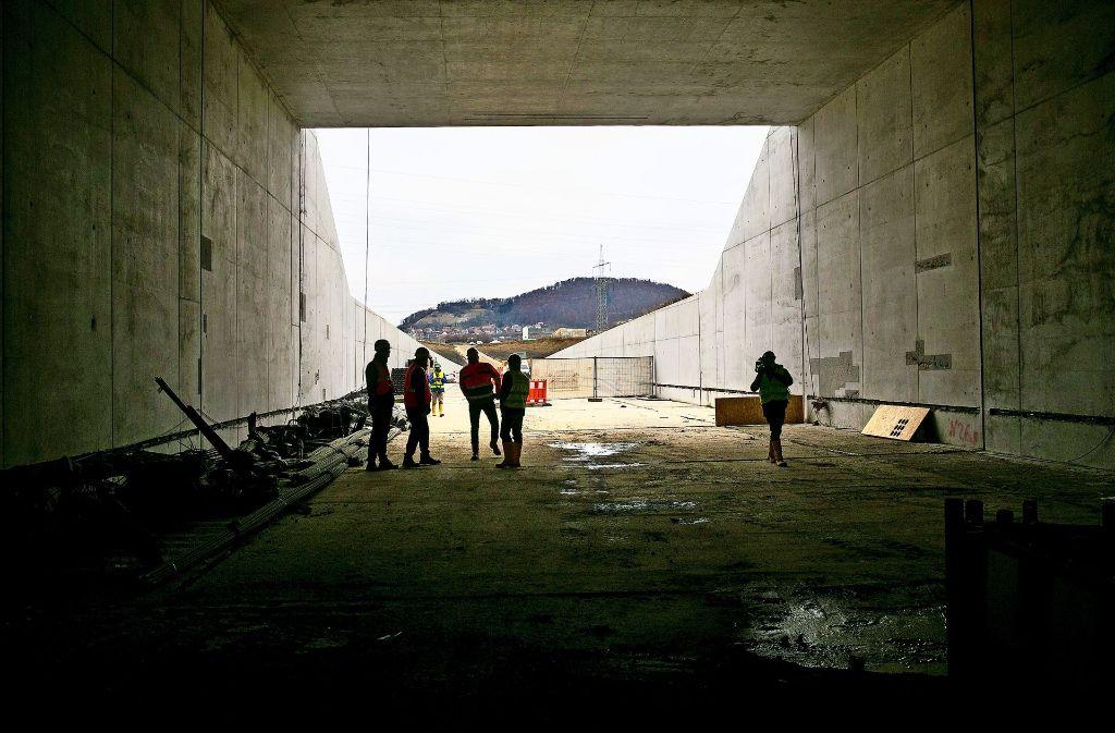 Der ICE-Tunnel Rastplatz Aichelberg  – hier der Blick aus dem  Ostportal  auf die Schwäbische Alb – ist im Rohbau fertig. Foto: Horst Rudel