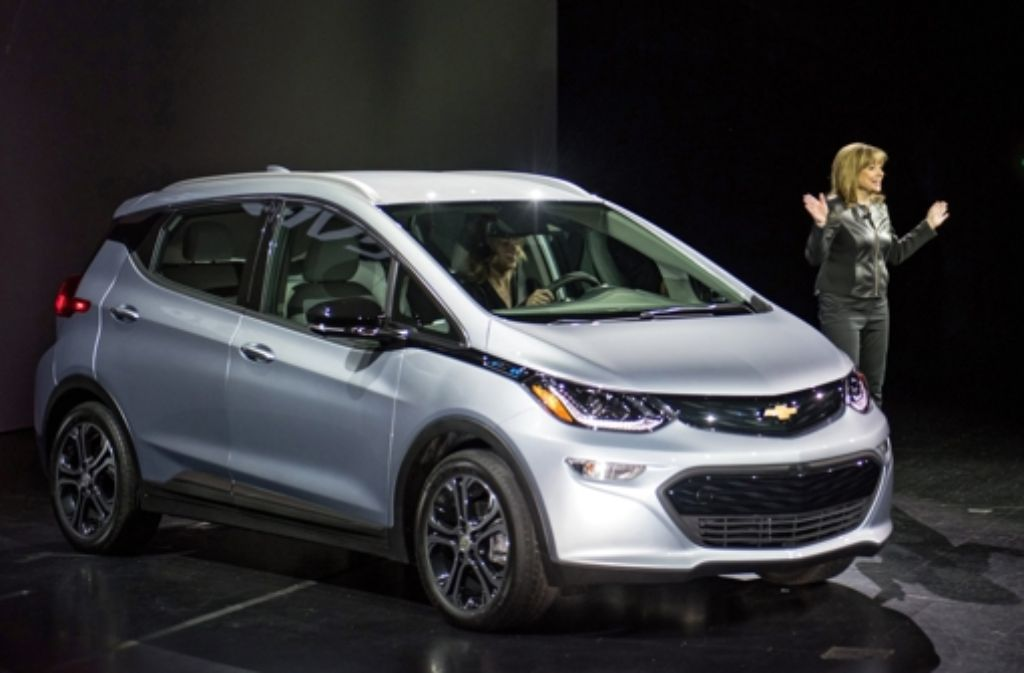 Firmenchefin Marry Barra stellte auf der CES 2016 den Chevrolet Bolt vor. Der Wagen wird elektrisch angetrieben und soll bei voller Aufladung 300 Kilometer weit kommen Foto: dpa